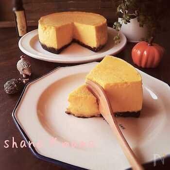 かぼちゃの黄色が鮮やかなチーズケーキです。生クリームの代わりに豆乳を使うのでヘルシー♪体に優しいスイーツが食べたい方におすすめです。