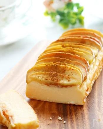 こちらはパウンド型で作るレシピです。プロセスチーズとクリームチーズをブレンドすると、より濃厚さが増します。甘酸っぱいリンゴとシナモンの香りが、良いアクセントになりますよ。