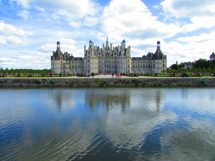 2019年に着工500周年を迎えたシャンボール城。300以上も古城が現存しているというロワール地方の中で、最も大きな城です。部屋数は実に440!そのうち約60室の見学ができます。建築家は定かではないそうですが、レオナルド・ダ・ヴィンチが関わっていたとされる説もあるとか。 実写版『美女と野獣』のモデルとなったとも言われています。