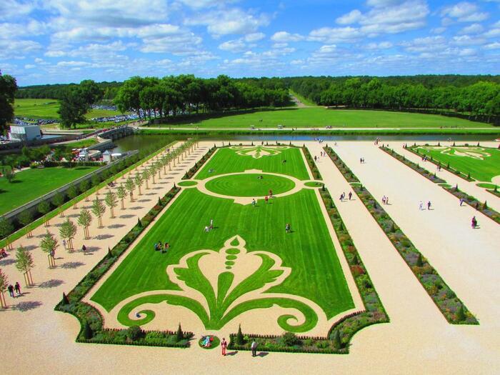 庭園は2017年に修復工事が完成し、18世紀ルイ15世時代の風景が見事に再現されました。5440ヘクタールという巨大な敷地を誇り、迷子になる広さ。圧巻の景色です。