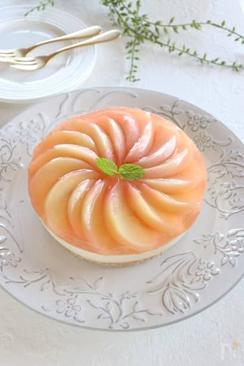 パステルカラーが可愛く、まるでお店のケーキのように美しいですね!おもてなしで出したら歓声が上がりそう。チーズケーキは紅茶を混ぜ込み、ミルクティー風味に仕上げます。