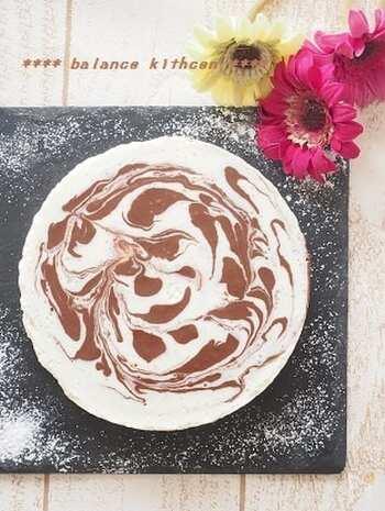 ココアでマーブル模様を描いて仕上げるチーズケーキです。豆乳を使っているので健康的。難しい工程がないので、お子さんと一緒に作るのも楽しいですね。