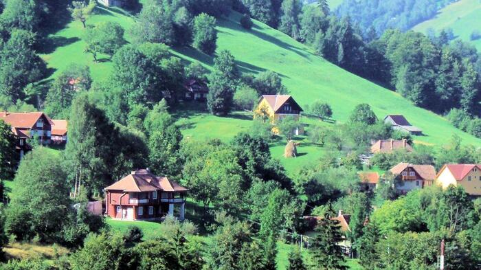 ドラキュラ伝説の怪しさとはうって変わって、周辺の田舎風景は平和で牧歌的。高台から見渡せば、遥か遠くまで美しい自然とのどかな暮らしを眺めることができます。