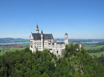 世界で最も有名な城と言ったら、ドイツのノイシュヴァンシュタイン城でしょう。『シンデレラ』や『眠れる森の美女』のモデルとなったというファンタジックな場所。別名、白鳥城。