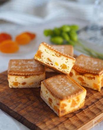 ココナッツの香りで一味違ったチーズケーキになります。ココナッツサブレのサクサク食感もgood!一口サイズに切ると、手軽につまめておもてなしにもおすすめです。