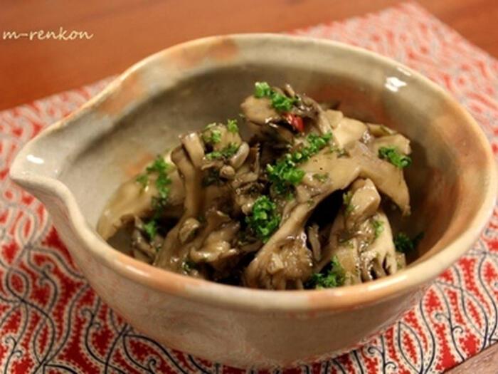 β-グルカンを豊富に含む舞茸に、発酵食品で栄養価が高い醤油麹とオリーブオイルなどでマリネにした一品。  パンにのせたり、白滝に絡めたり、用途はたくさん。日々の食事にどんどん取り入れたい常備菜です。