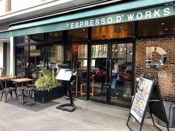 【ESPRESSO D WORKS】はパンケーキが美味しいと有名なお店。ニューヨーク風のおしゃれな外観がカフェ好き女子の心をくすぐります。