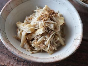 レンジで簡単に作ることができる「エノキとツナのWの旨味!無限エノキ」。  エノキダケはカロリーがほとんどなく、β-グルカンをはじめカリウムやマグネシウムも含まれている栄養価が高い食材です。  ツナを入れることで飽きずにいただくことができる常備菜になります。