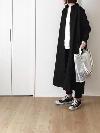 シックなブラックカラーのシャツワンピ。スニーカーを履いたカジュアルな着こなしでも、モード感が漂いカッコイイスタイリングがつくれます。トレンドアイテムは小物でプラスすると◎