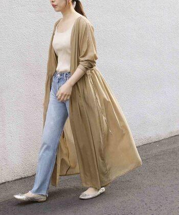 颯爽と歩く姿もサマになるボリュームのあるシャツワンピ。ギャザーでウエストが絞れたデザインなので、メリハリが出てスタイルアップ効果も◎