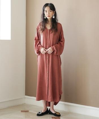 くすみカラーのシャツワンピをメインにしたコーデ。Vラインなので、1枚で着てもデコルテをキレイに魅せる効果があり、女性らしい色っぽさが自然に漂う着こなしです。