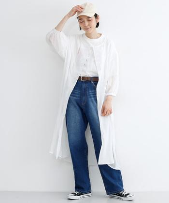 ボーイズな着こなしに、女性らしいノーカラーのワンピを合わせた甘辛MIXなカジュアルコーデはデイリーで楽しめる着こなしです。明るいホワイトカラーをメインにしたことでデニムのブルーが映え、春のそよ風を感じる爽やかコーデに。