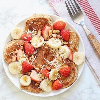 小麦粉と砂糖は一切使わず、バナナとメープルシロップだけで甘みを出しています。弱火でじっくり焼き上げるとふわっとした食感に。最後にフルーツやナッツをトッピングすると彩りもよく豪華です。