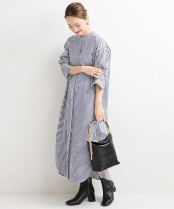シンプルな着こなしですが、春らしいストライプ柄で爽やかなワンピスタイルです。皮革素材の小物アイテムをプラスすれば、特別感のあるおでかけコーデに仕上がりますよ。