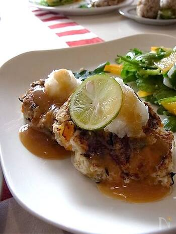 豆腐と蓮根をベースに、お肉を使わないヘルシーなハンバーグです。オートミールとひじきで食物繊維とミネラルがたっぷり摂れますよ。お肉を使ってなくても食べごたえがあって好評です。