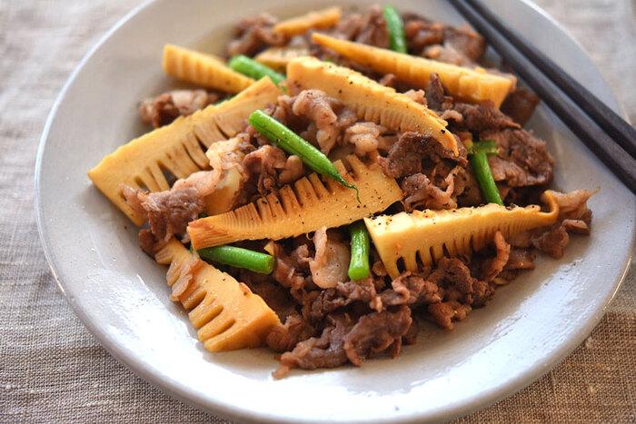 たけのことの相性がいい牛肉。ニンニクの風味を効かせて、醤油と粗挽き胡椒で味付けしています。水煮のたけのこを使う時は、醤油を増やして濃い味付けにするのがポイント。
