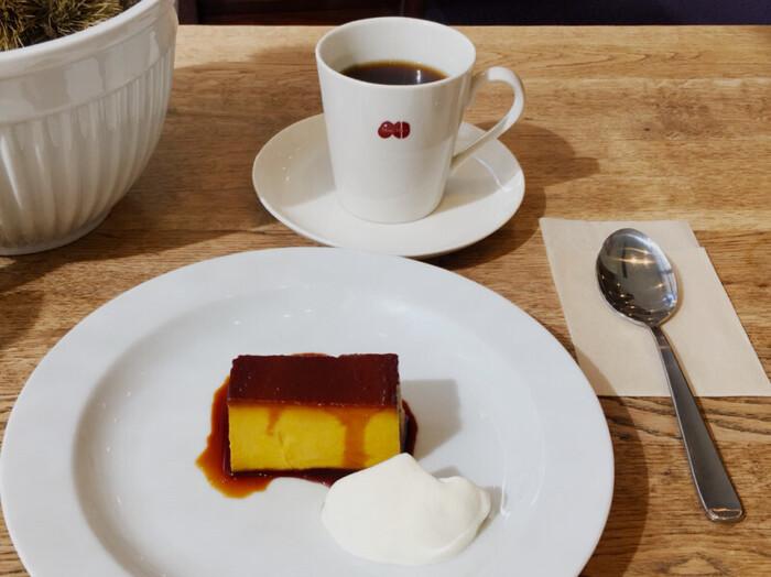 秋限定の「カンボジアプリン」はとっても濃厚!ふわふわ生クリームと一緒にいただけば、口の中にふわっと幸せの味が広がります。また、ほのかに苦いコーヒーとのバランスもよく、まさに絶品。
