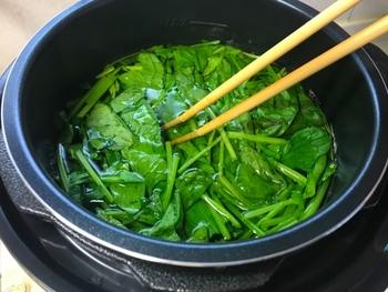 青菜やじゃがいもなどを茹でたあとのゆで汁は、栄養が溶けだしていてもったいないと感じる人が多いものです。