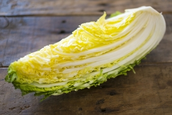 昔から白菜は捨てるところがないと言われている野菜のひとつです。  白菜の外側の葉も、栄養価も高い部位です。色が濃いので、料理に使うと華やかさも演出することができますね。一番外側の葉も、しっかり洗って使うようにしましょう。