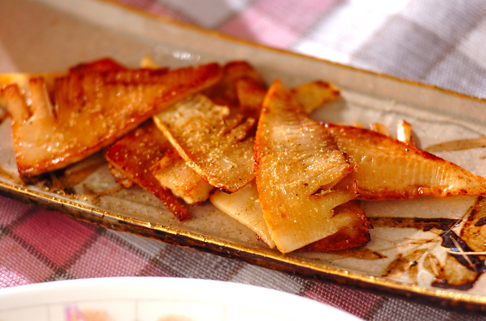 たけのこは繊維質が多く、薄くスライスして使っても歯応えが損なわれません。こちらは、薄くスライスしたたけのこを焼いて、バターと醤油だけで味付けしたシンプルなレシピ。冷めても美味しいので、お弁当のおかずにもおすすめです。