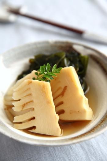 若竹煮とは、旬のたけのこと新ワカメを出汁と調味料で炊いた煮物です。日本料理の定番若竹煮は、家庭でも作れるようにしておきたいですね。