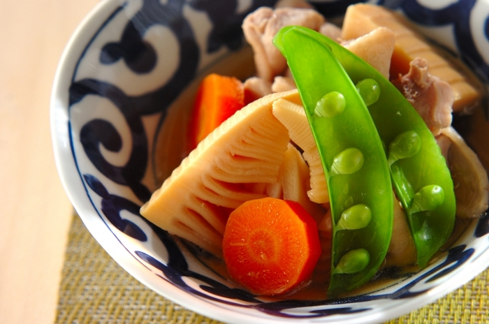 たけのこと相性の良い鶏肉を使った煮物。一緒にニンジンを炊いて、絹さやを盛り付ければ彩りもいいですね。日本食は、盛り付け、見た目の彩りも大切なので、お気に入りの器に盛り付けて頂きましょう。