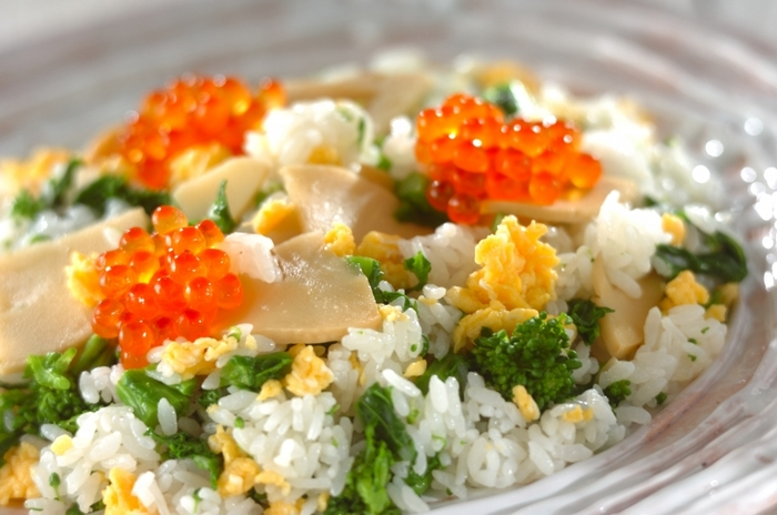 たけのこと菜の花、旬の食材を使った春らしい混ぜ寿司。たけのこは、出汁で煮込んで調味料で味付けしたものを混ぜ込んでいます。炒り卵の黄色といくらの赤が春らしさを演出していますね。