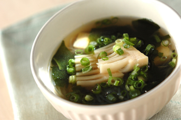たけのこのシャキシャキした食感と春雨のツルツルした食感が楽しい、たけのことわかめの春雨スープはいかが? チキンスープの素と酒、醤油で味付け。お子様にも人気がありそうな一品。
