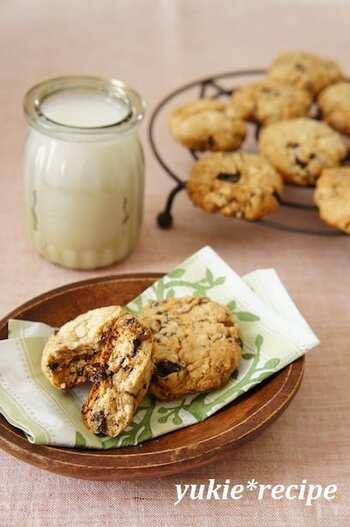 ホットケーキミックスを使って作れる、ザクザク食感の簡単クッキーです。罪悪感なく食べられるクッキーはダイエッターの強い味方ですね。お好みのミルクに変更しても◎