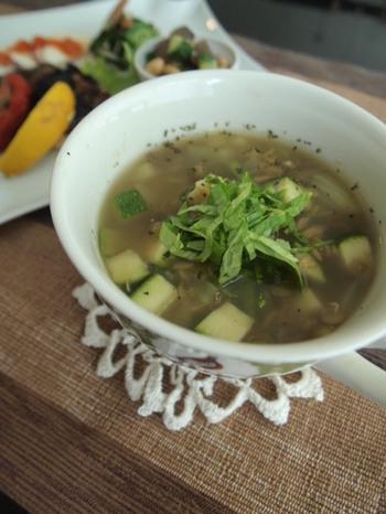 レンズマメの茹で汁を出汁代わりに使うレシピです。スパイシーなカレー風味で食が進みます。黒コショウをたっぷり挽くと、大人っぽい味わいに。