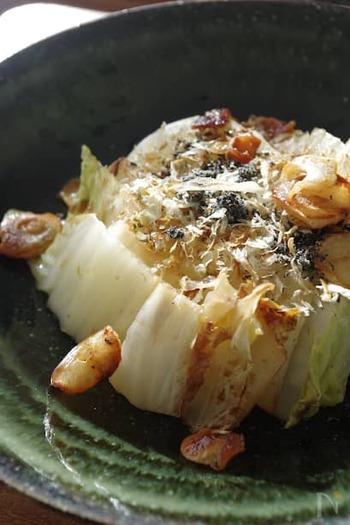 シンプルな白菜ステーキは、白菜本来の甘さをじっくりと味わうことができるひと品。ココナッツオイルとニンニクで焼き付けています。