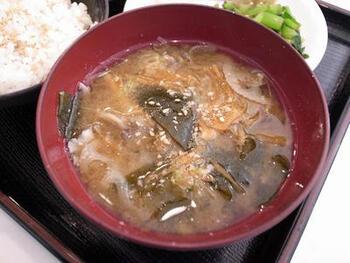 冷蔵庫の余り野菜をたっぷりと使った「食べる味噌汁」です。味噌汁なら、栄養が溶けだした汁の部分も余すことなくいただくことができます。小松菜の根元も丁寧に洗って、活用しています。