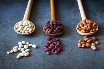 野菜によっては、茹で汁を活用した方が美味しいものもあります。ひよこ豆やホワイトビーンズなど色の薄い豆を茹でた茹で汁はとろみがついて美味しいので、そのままスープとして調理することができます。