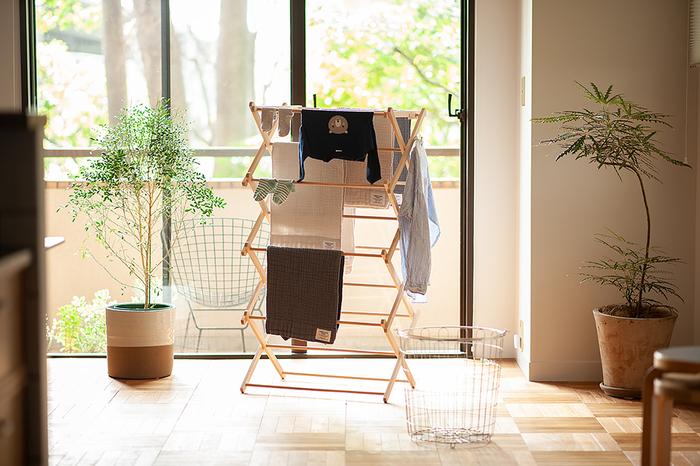 外に干すと花粉が付いてしまうから、花粉の季節は部屋干しを選ぶのも大事です。折りたたみ式のナチュラルな素材の室内物干でインテリアにも馴染みそう。