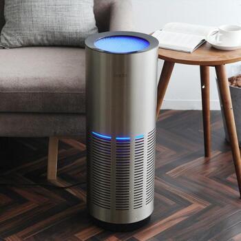 ステンレス製のスタイリッシュな空気清浄機です。360度から吸引、拡散してお部屋の空気をきれいにしてくれる。