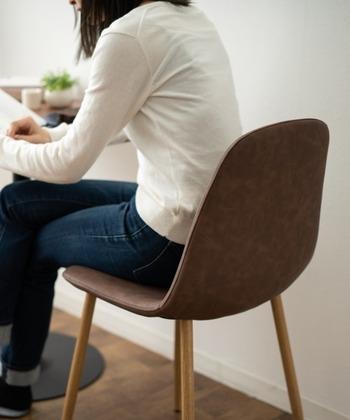厚みのある低反発クッションを敷くと座面が高くなるため、デスク上での作業がしにくくなる場合があります。椅子や机の高さが調整できない場合は、購入前の確認を忘れずに。  また、座っている間のずれも気になるポイントのひとつ。滑り止め付きのものや、椅子に固定できるものがおすすめです。