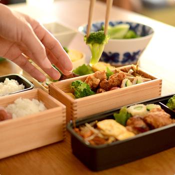 自然素材を使ったナチュラルな雰囲気のお弁当箱でありながら、収納がしやすいスリム型であったり、おかずをななめに仕分けられる、同素材の2枚の仕切り板が付いていたりと、実用的なデザインとなっています。毎日のお弁当がより一層楽しくなりそうですね。