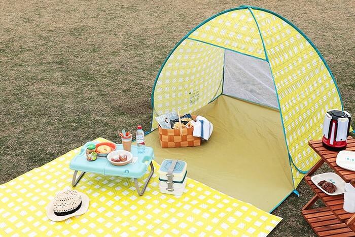 日焼けが気になる方も多いはず。そんな方におすすめなのが、「ポップアップテント」。サクッと組み立てることができて、持ち運びも便利。ひとつあれば、UV対策は完璧。大人が2〜3人座ることができるので、家族で出かける際も大活躍しますよ。