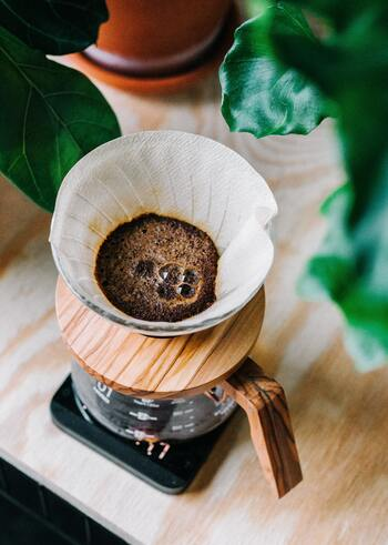 ペーパーフィルターで濾過してコーヒーを抽出します。コーヒーオイルは紙に吸収されてしまうので、すっきりとした飲み口です。