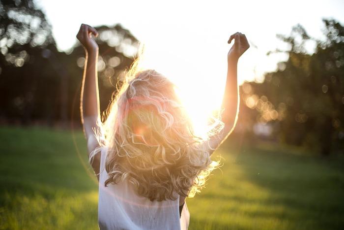 朝、太陽の光を浴びることによって、目覚めのスイッチが入ります。これは、上で述べた体内時計におけるズレを、リセットする役割を果たしてくれるもの。光を浴びると、脳が「今が1日の始まり」だと認識するのです。  だからこそ、朝起きたら、カーテンは開けるもの。そして、窓を開けて空気の入れ替えをする、ということを意識的に習慣にしましょう。