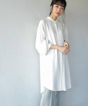 とろみのある素材感のシャツで、袖にゆとりがあるため、まくるとボリュームが出て手首の華奢さが際立ちます。しっかり腰回りや太ももが隠れるので、下半身にコンプレックスがある方にもおすすめ。