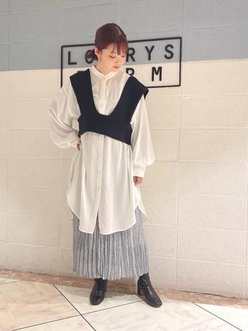 バランスの難しいひざ丈のシャツは、ブラックのビスチェで引き締め。足元にも黒を取り入れコンパクトに見せましょう。スカートは春らしい色をプラスしてトレンドを意識。