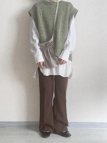 肩が落ちたデザインのベストには、長め袖&長め丈のシャツがお似合い。ブラウンのパンツやバレエシューズでトレンド感のあるパンツコーデを意識。