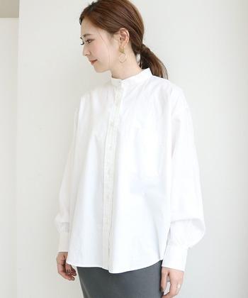 オーソドックスながらも、襟はスタンドカラーでトレンド感を感じる1枚。やや袖先にボリュームが出る変化形なので、シルエットがしっとりと女性らしい印象です。