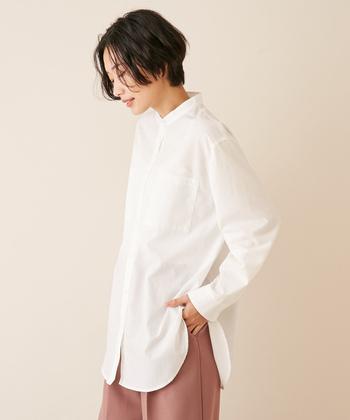 サイドのスリットが印象的なロングシャツ。胸ポケットが少しメンズライクな雰囲気を感じさせる1枚。シンプルにも、重ねても着こなしたいバランスの良さ。