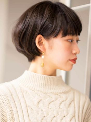 コロンとした丸みが女性らしい雰囲気を与えるショートボブ。サイドは耳にかけてすっきりさせることで、きちんとした印象になりオフィスにもぴったりなスタイルに。