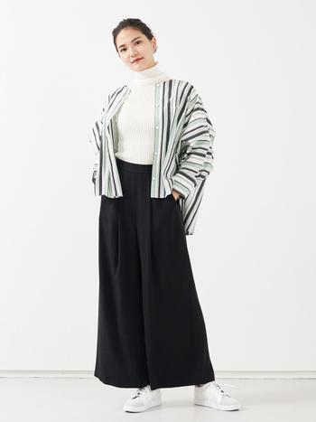 ゆったりとしたシルエットで、羽織りとしても使えるコクーンシャツ。ノーカラーならすっきりと着こなせます。ワイドパンツと合わせる場合は、インナーをコンパクトにするとバランスよくなりますよ。