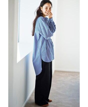 前後で丈の違うロングシャツは、一着でトレンド感を出すことができます。シンプルなストレートパンツと合わせるだけでおしゃれに見えます。これからの季節にぴったりな、爽やかなストライプ柄がおすすめ。
