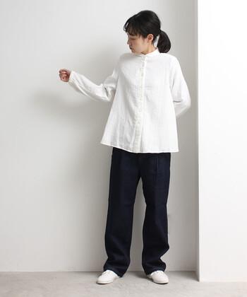 ダブルガーゼの生地で、女性らしい柔らかい雰囲気のシャツ。袖のギャザーや小さい丸襟が可愛らしい印象です。他のアイテムをシンプルにまとめると、シャツが主役に見えるコーデになります。