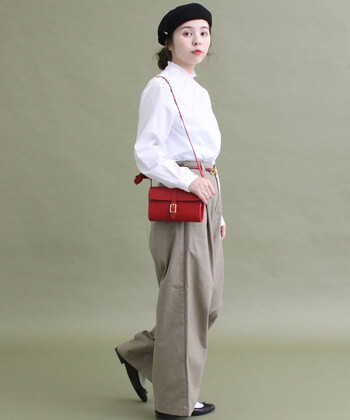 フリルのスタンドカラーが女性らしいシャツ。ウエストをインすると、大人っぽく着こなせます。合わせるアイテムでいろんな雰囲気を出すことができます。